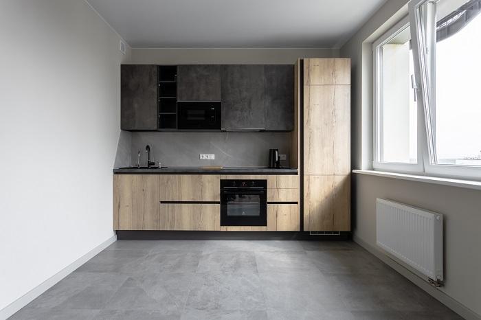Кухня с верхними ящиками в оттенке мокрого камня в ЖК «Михайлова, 31». Ремонт от Icon Interiors.