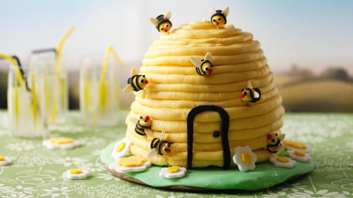 Рабочие пчелы могут выгнать лентяев трутней из улья / Фото: w-dog.ru