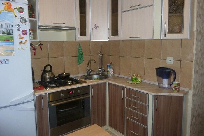 Угловая кухня. | Фото: i0.wp.com.