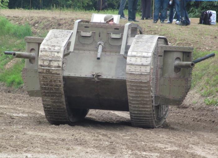 Реконструкция боевых действий с участием британских танков Mark I. | Фото: awartimelife.blogspot.com.