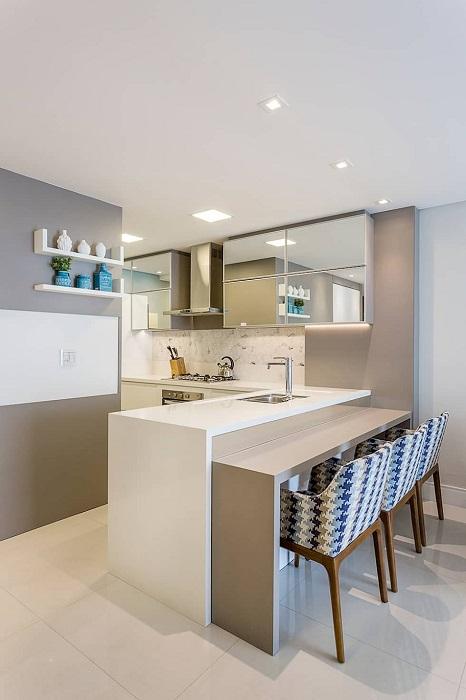 Кухня с зеркальными верхними шкафчиками.