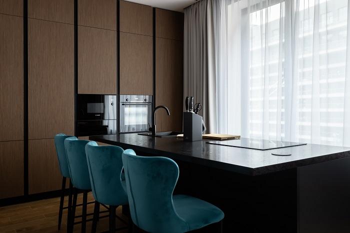 Кухня с островом угольного цвета в ЖК «Лефортово-Парк». Ремонт от Icon Interiors.