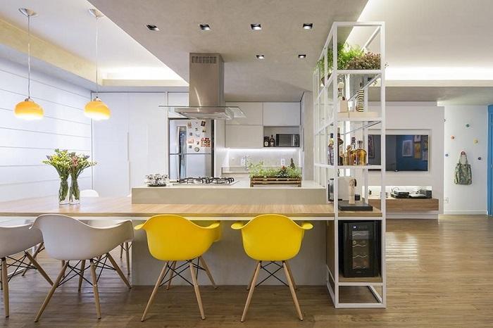 Кухонный остров с приставной столовой и стеллажом.