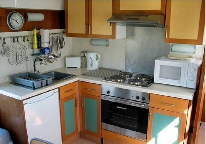 Кухня оснащена всей необходимой техникой.