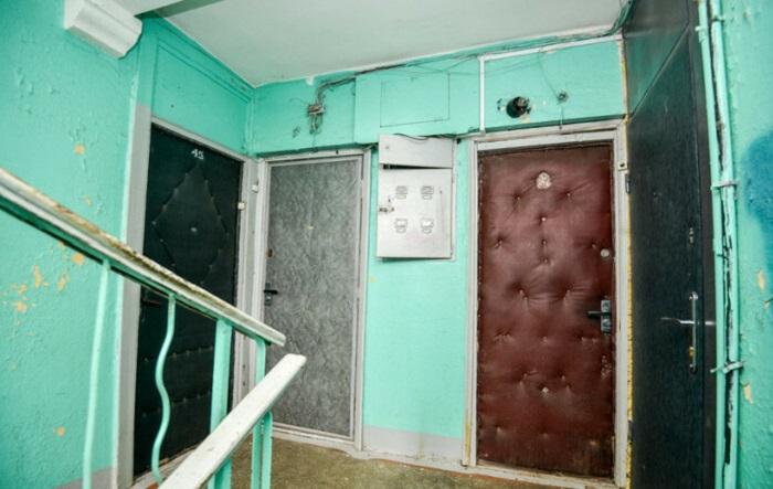 Обшивать входную дверь дерматином стало в СССР всенародной привычкой.