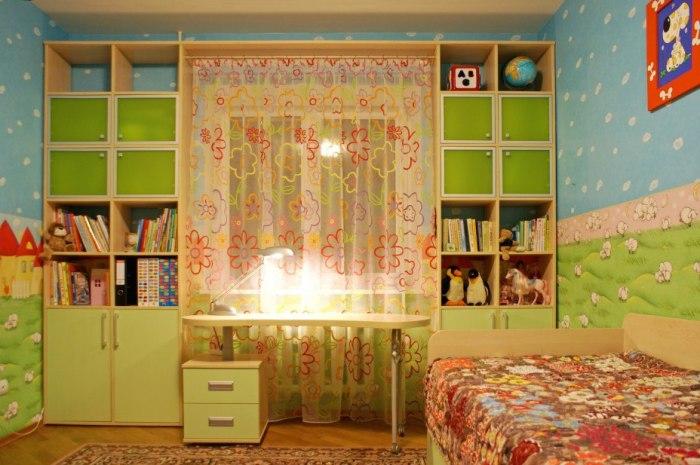 """""""Пространство около окна в детской комнате."""
