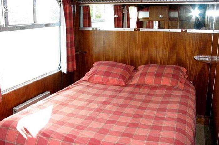 Огромная кровать -  главный атрибут спальни.