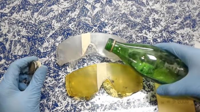 Наждачкой нужно убрать царапины. | Фото: youtube.com.