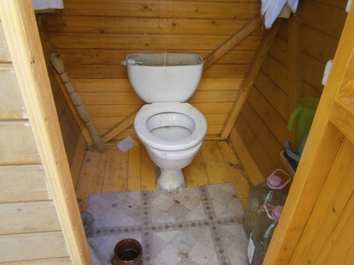 Если хочется нормальный туалет, то делаем следующее. | Фото: a.d-cd.net.