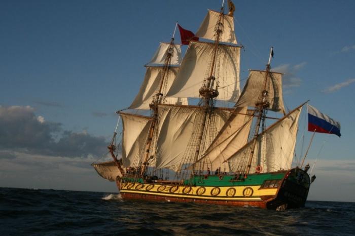 «Штандарт» — действующая копия российского исторического фрегата «Штандарт» времен Петра I.