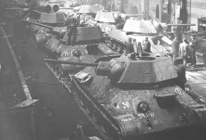 Линия сборки танка Т-34 на заводе № 183 в Нижнем Тагиле. | Фото: warspot.ru.