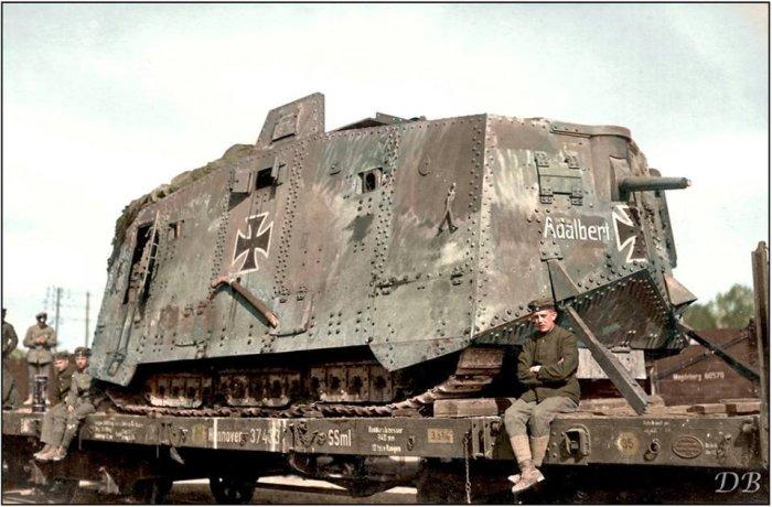 Немецкий танк A7-V «Adalbert» загружен на железнодорожную платформу. Франция, весна 1918 года. | Фото: imgur.com.