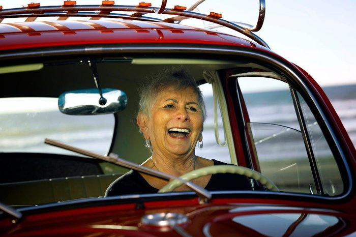Хозяйка авто просто в восторге от неожиданного подарка.