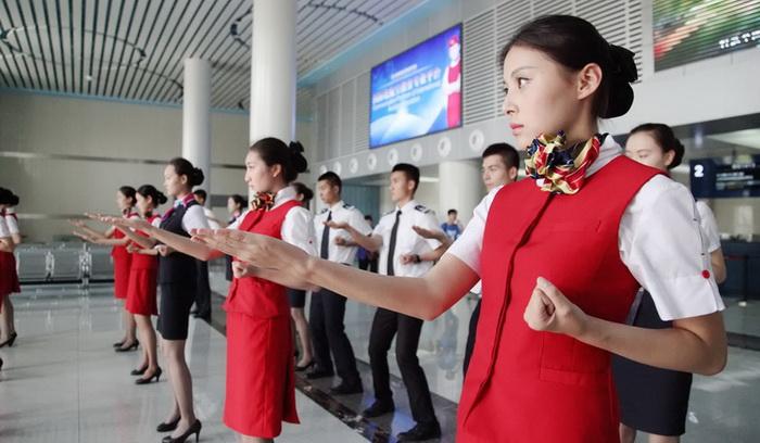Китайские стюардессы осваивают рукопашный бой.