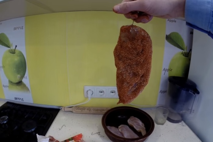 Соленое филе вымачивать в воде 4 часа, а затем обвалять в специях.