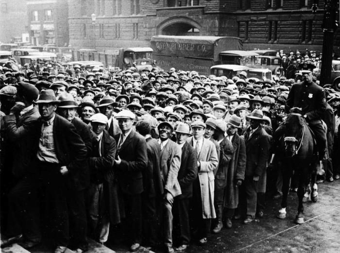 Очередь американских безработных во времена Великой депрессии.
