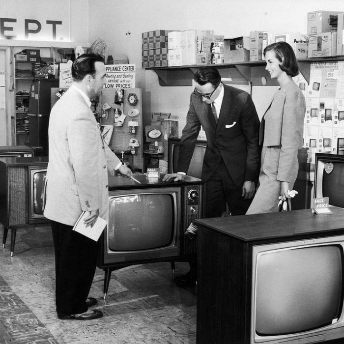 Тысячи британцев до сих  пор смотрят черно-белое телевидение. | Фото: i.pinimg.com.