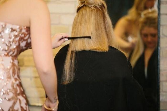 Невесте стригут волосы прямо во время свадьбы.