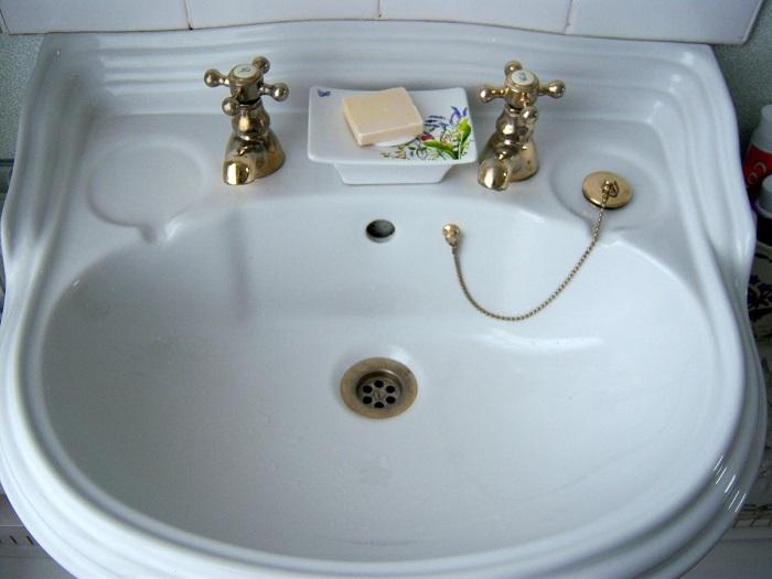 В Великобритании во всех домах установлено 2 отдельных крана для горячей и холодной воды.