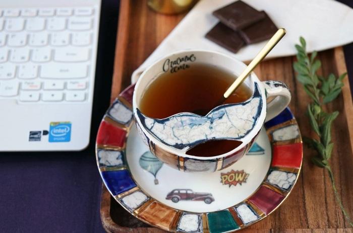 Современная чашка для обладателя пышных усов. / Фото: livemaster.ru.