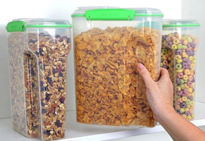 Для высоких полок оптимальны узкие высокие контейнеры. | Фото: leroymerlin.gcdn.co.