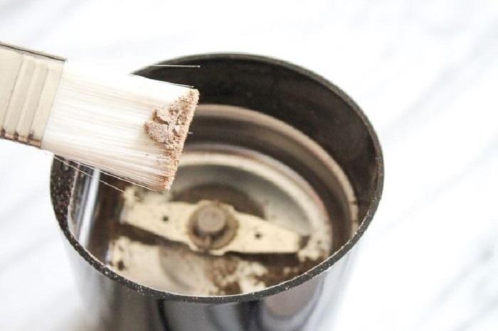 Кистью стряхните остатки риса и кофе. | Фото: instructables.com.