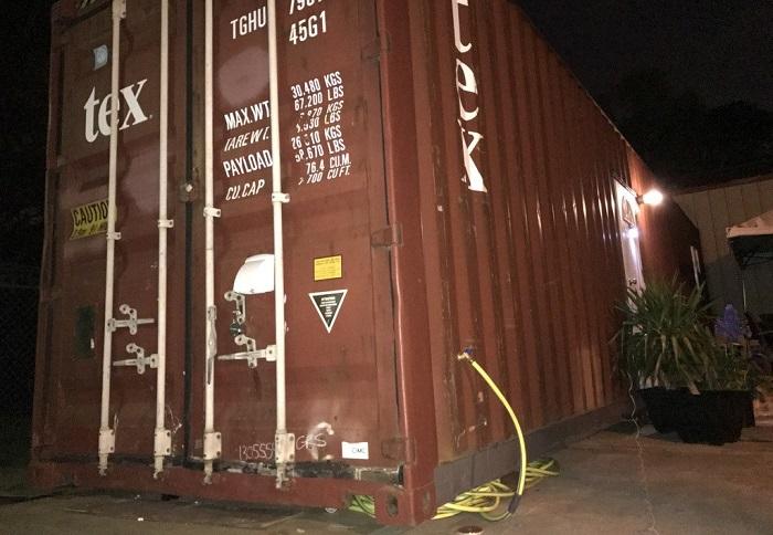 Обычный грузовой контейнер превратили в комфортабельный жилой дом.