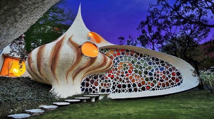 Экзотический дом в виде раковины моллюска.