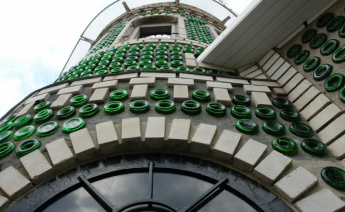 Стеклянный дворец из 8000 бутылок.