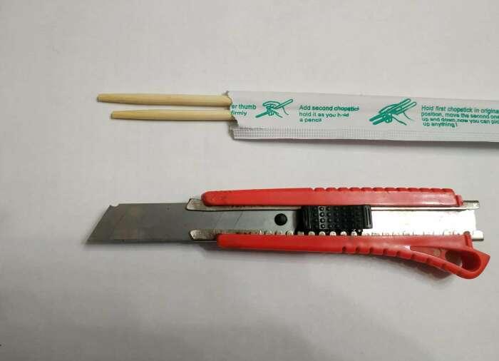 Нужны бамбуковая палочка и канцелярский нож.