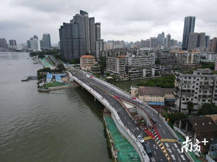 В Китае шоссе построили вокруг жилого дома. | Фото: pikabu.ru.