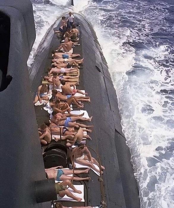 Подводники загорают. | Фото: cdn.fishki.net.