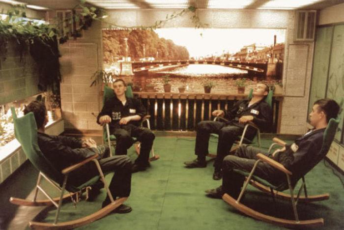 Подводники отдыхают. | Фото: images.boredomfiles.com.