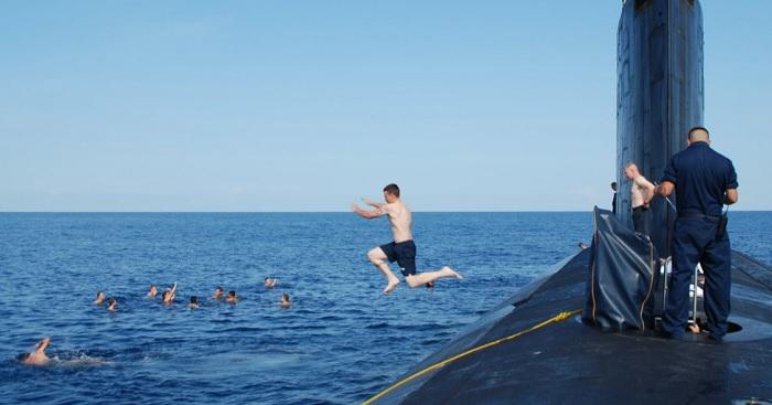Подводники-американцы расслабляются на досуге.