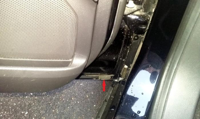 Всего через год эксплуатации по нижней кромке дверей Ford Mondeo начала отпадать краска. | Фото: drive2.ru.