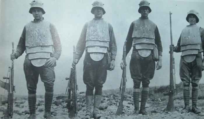 Германские штурмовики в траншейной броней с пулеметами и винтовками, 1918 год.