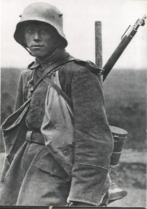 Германский штурмовик в «рогатом» шлеме М16. Западный фронт, 1918 год.