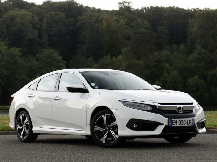 Седаны, хетчбеки и купе Honda Civic десятого поколения выпускаются с 2015 года. | Фото: drom.ru.