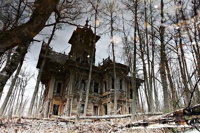Полуразрушенный терем в Чухломе Костромской области. | Фото: vdomiks.ru.