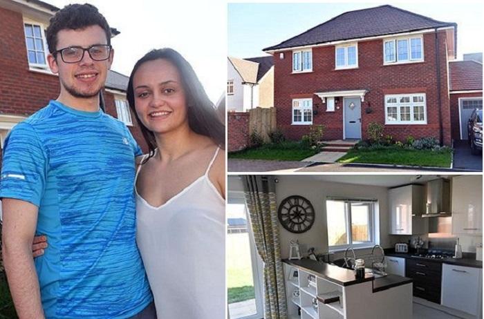 Счастливая молодая пара и их большой дом.