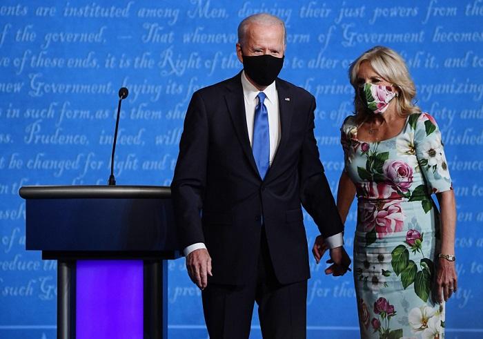 Платье с цветочным принтом и маска в тон.   Фото: lady.mail.ru