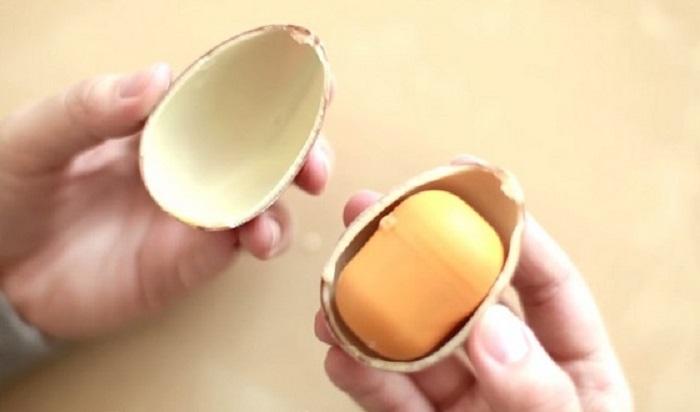 Как положить в киндер сюрприз свой подарок, не сломав яйцо