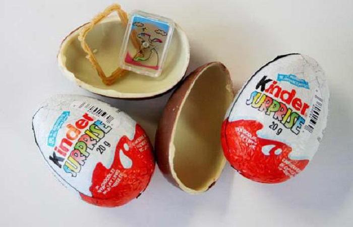 Как положить в киндер сюрприз свой подарок, не сломав яйцо.