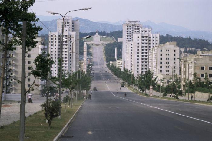 Типичная пустынная улица в КНДР. | Фото: zarubejom.ru.