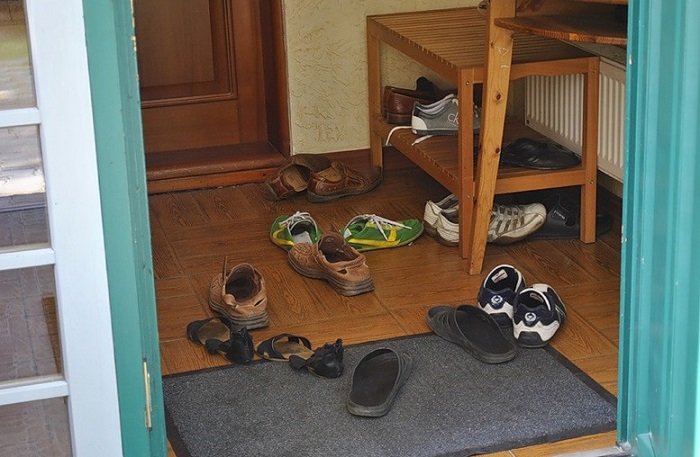 Обуви место в тумбе или на этажерке.