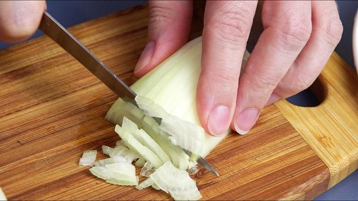 Мелко нарезать лук.