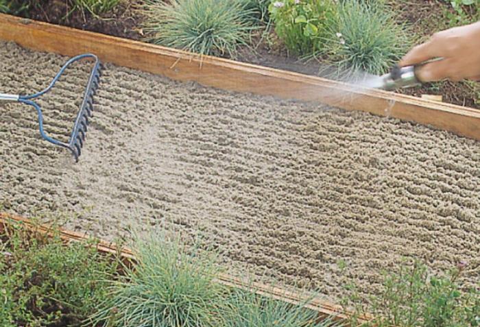 Песок смочить водой.