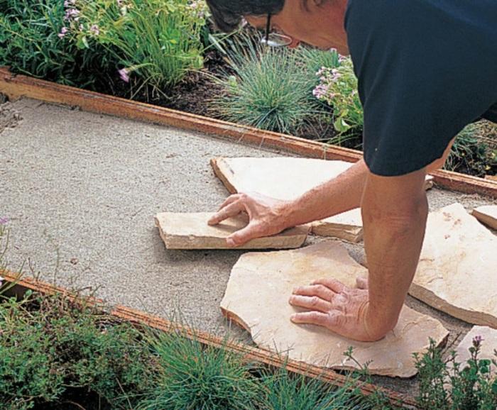 Уложите битый камень на песок.