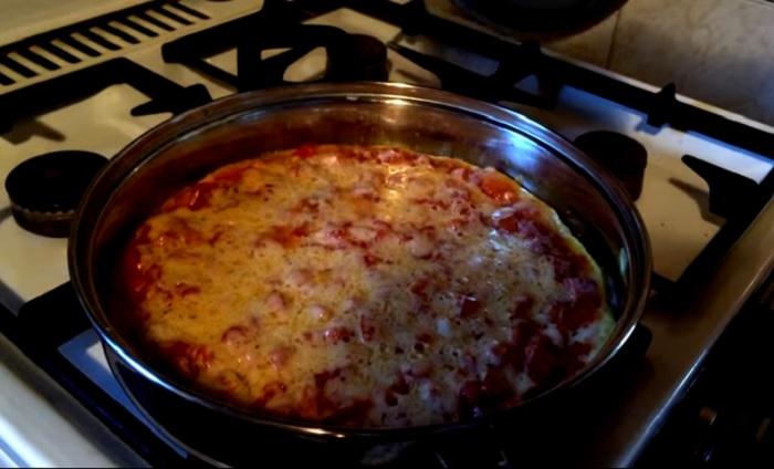 Пицца на сковороде готова.
