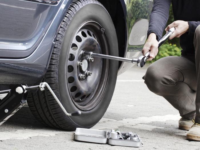 Все меньше людей умеет менять колеса. |Фото: yandex.com.